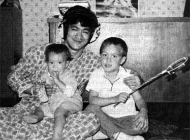 Bruce Lee joue avec Brandon et Shannon